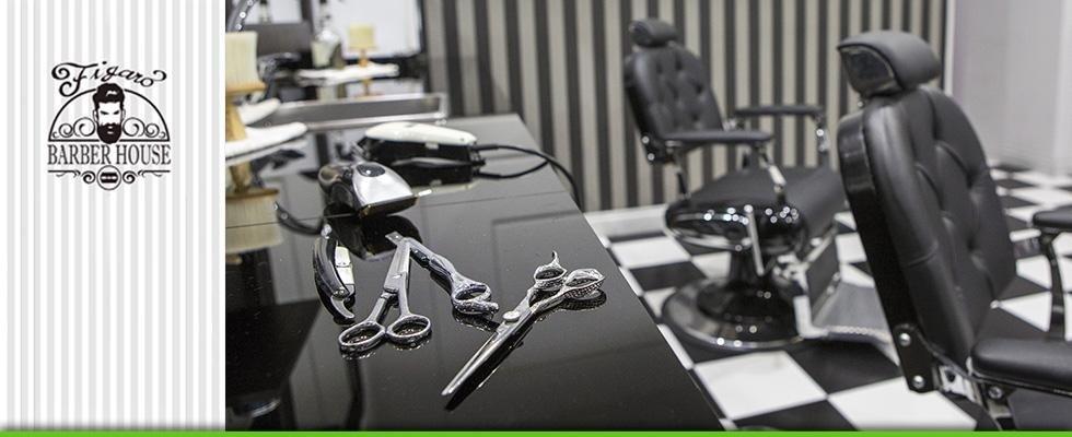 dettaglio su forbici e strumenti di lavoro per barbieri