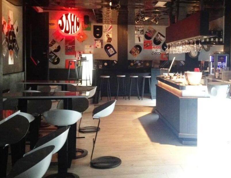 interno di un pub arredato con tavoli e sgabelli leonard