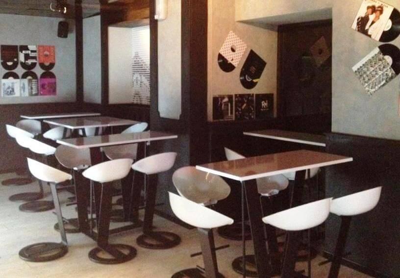 tavoli e sedie leonard in un ristorante