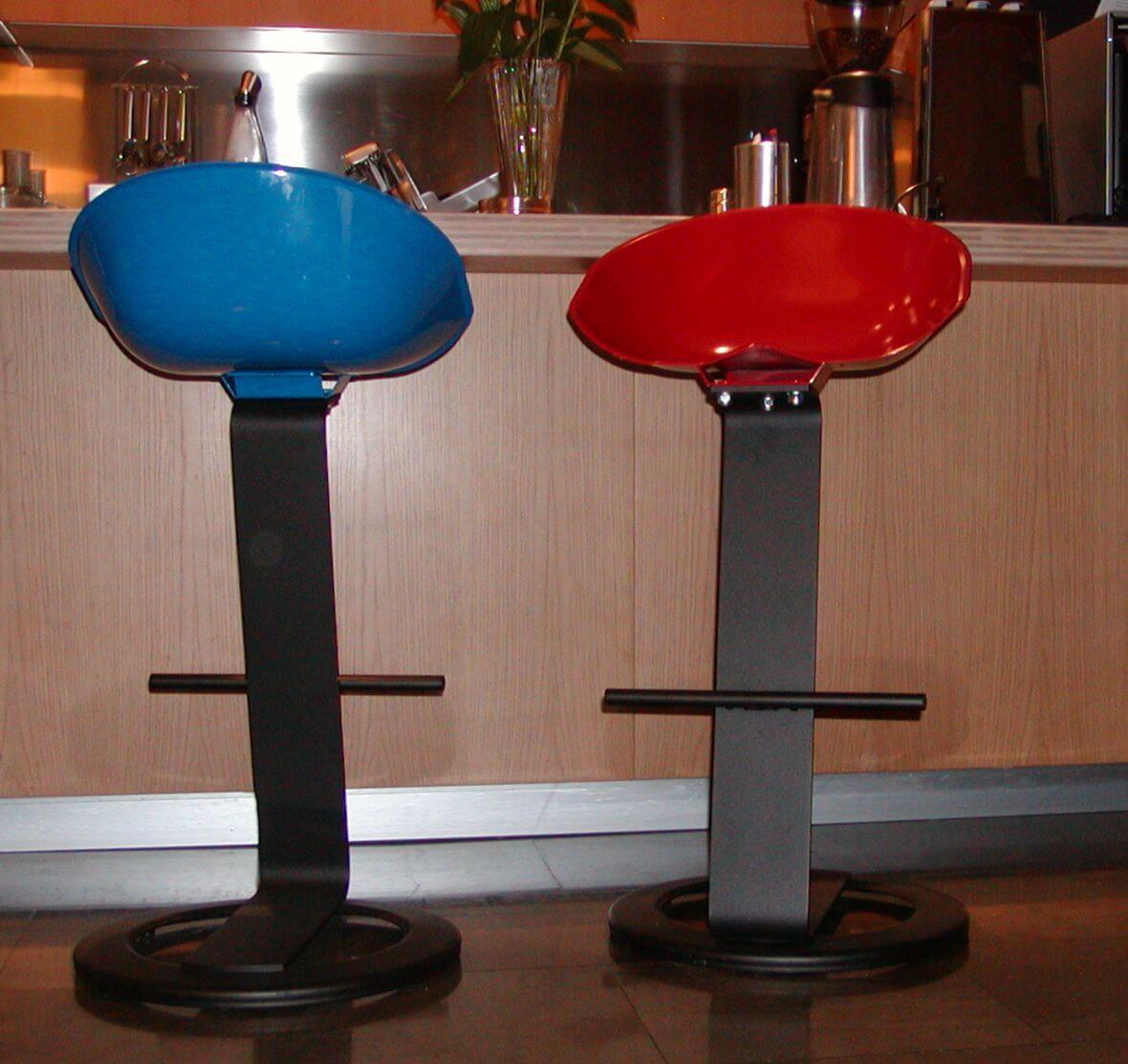 sgabelli per bar a reggio emilia di colore blu e rosso