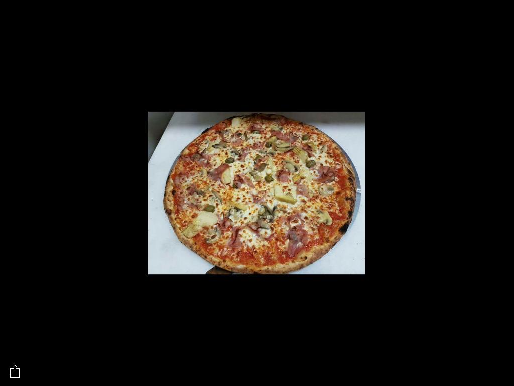 pizza Capricciosa appena sfornata