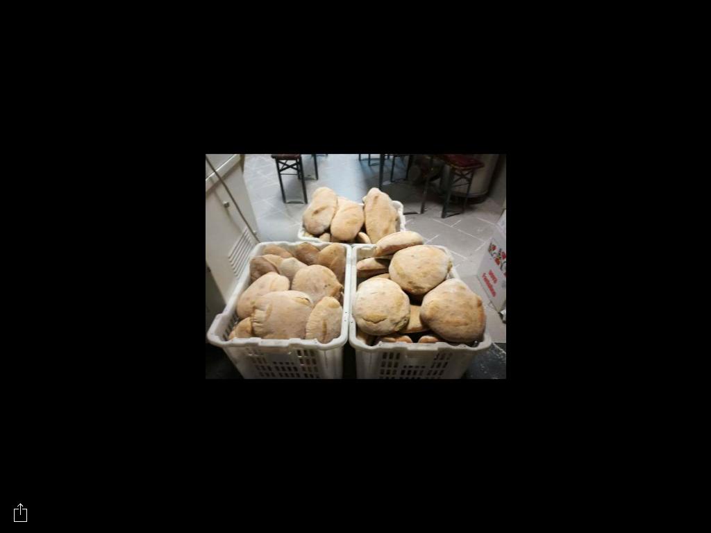 pane fresco in ceste di plastica