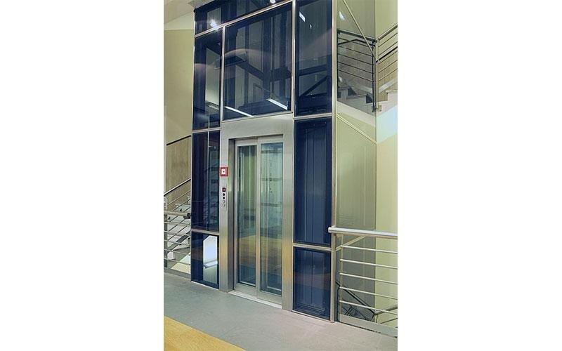 ascensore con elementi in vetro
