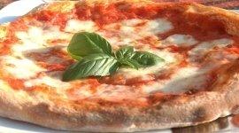 pizza margherita, pizza tonda, pizza al piatto
