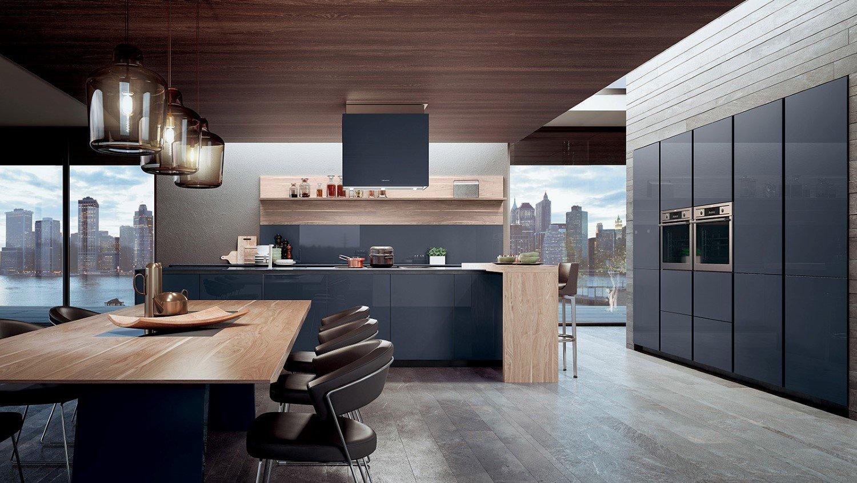 Cucina minimal moderna con piano cottura a induzione e forni a parete