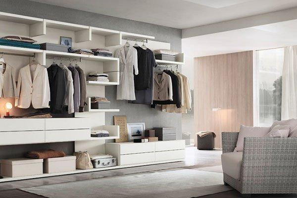 Camera da letto minimal con parete attrezzata