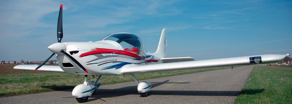 un aereo bianco,blu e rosso