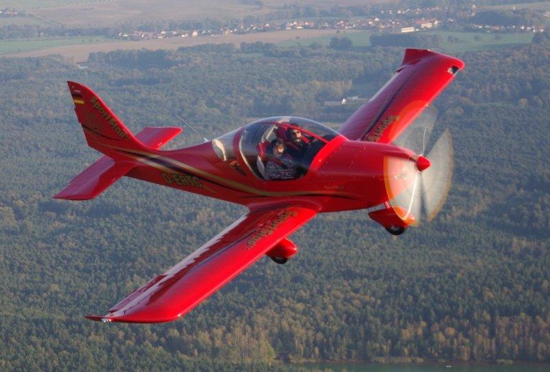 delle persone che pilotano un aereo rosso