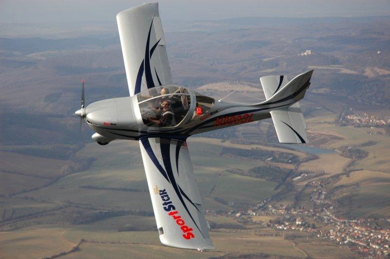 delle persone che pilotano un aereo bianco