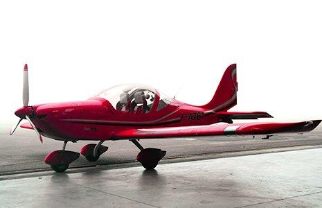 un aereo rosso a righe bianche