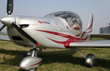 un aereo grigio a disegni rossi