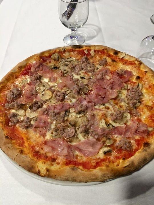 pizza prosciutto, funghi e salsiccia