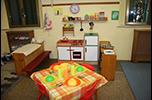 tavolo per bambini apparecchiato con cucina per bambini