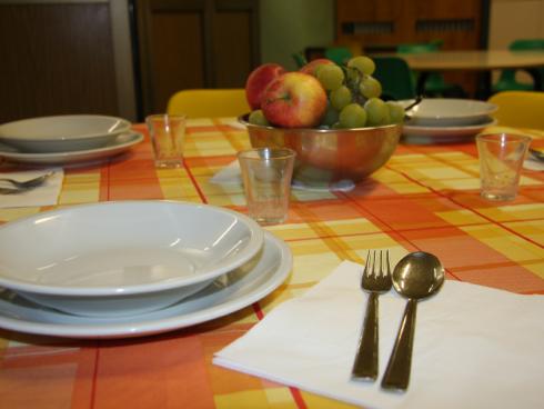 tavola apparecchiata con frutta