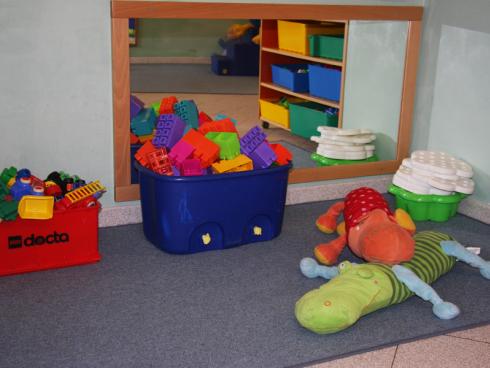 angolo con costruzioni e giochi per bambini