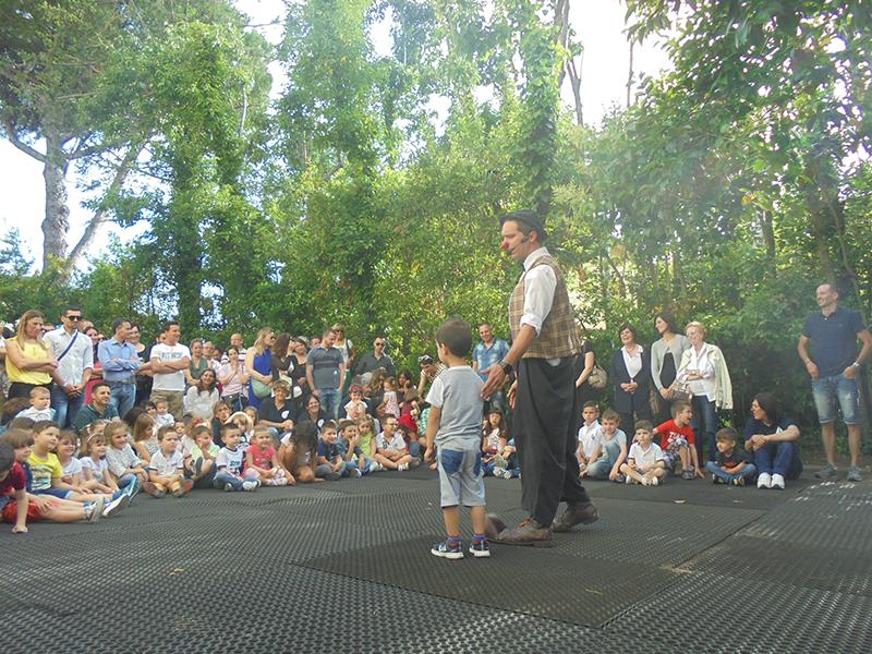 clown durante spettacolo per bambini all'aperto