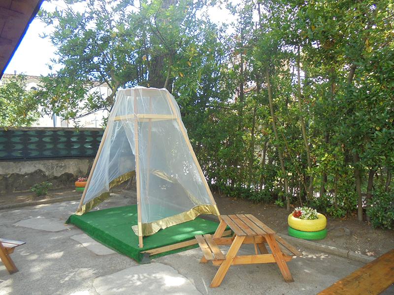 spazio all'aperto con giochi per bambini
