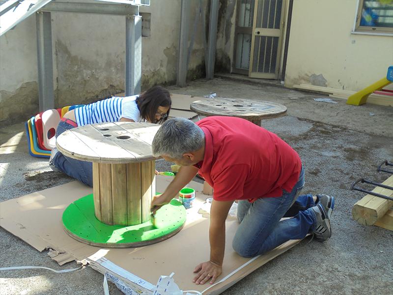 educatori pitturano tavolino per bambini