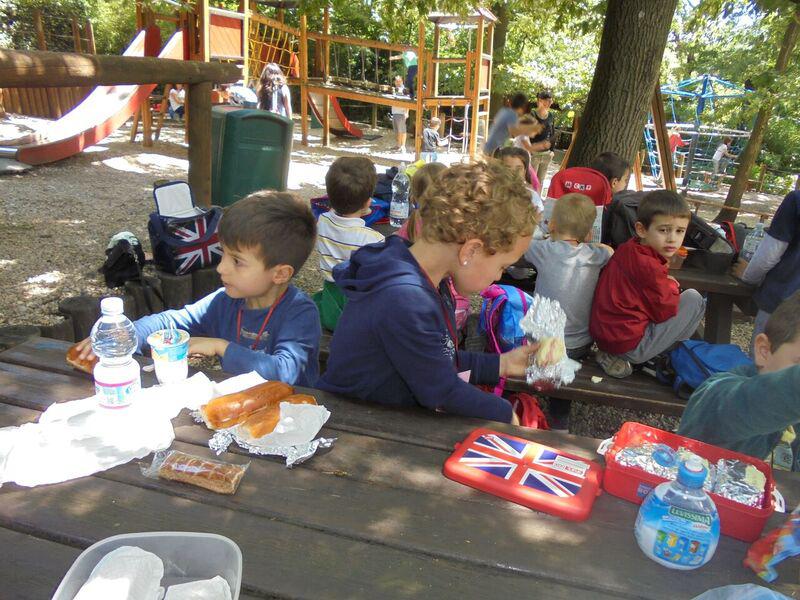 bambini mangiano pranzo al sacco durante gita allo zoo