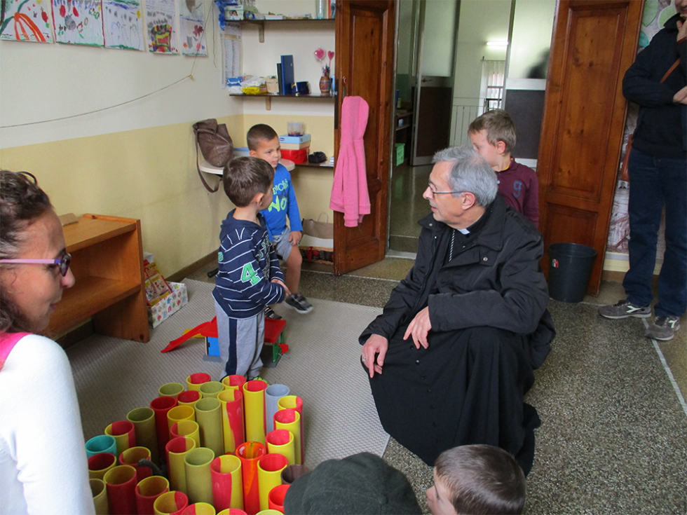 vescovo parla con un bambino