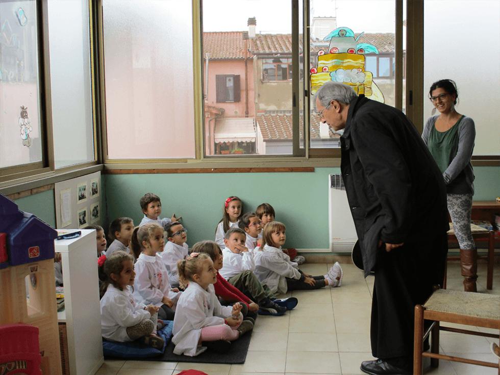 vescovo parla alla classe di bambini