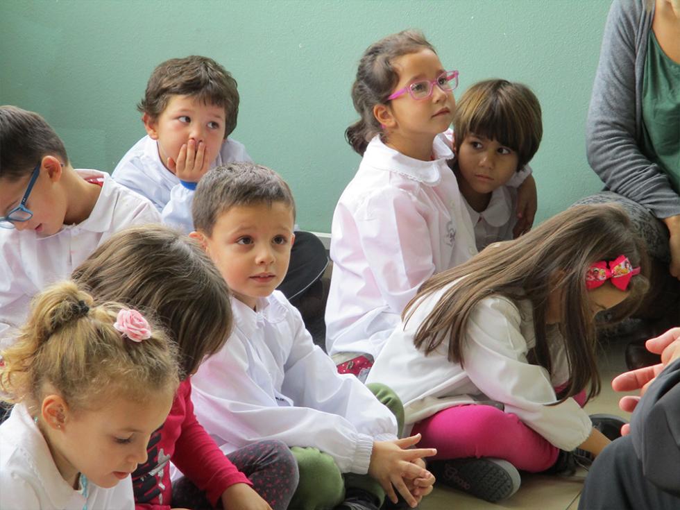 bambini ascoltano il vescovo