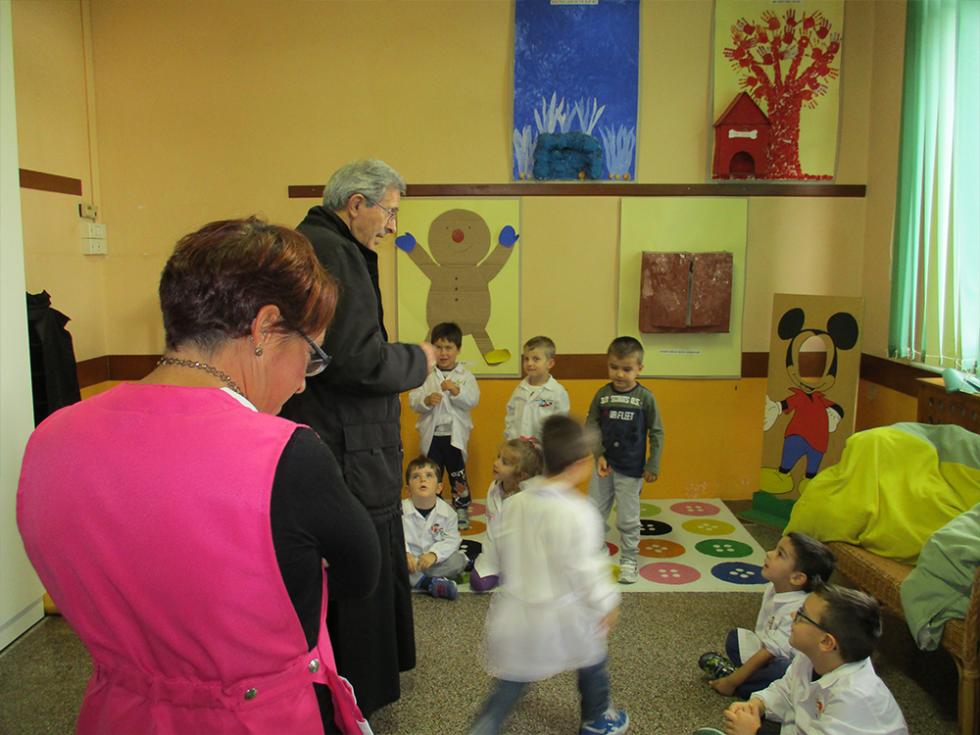bambini parlano con il vescovo