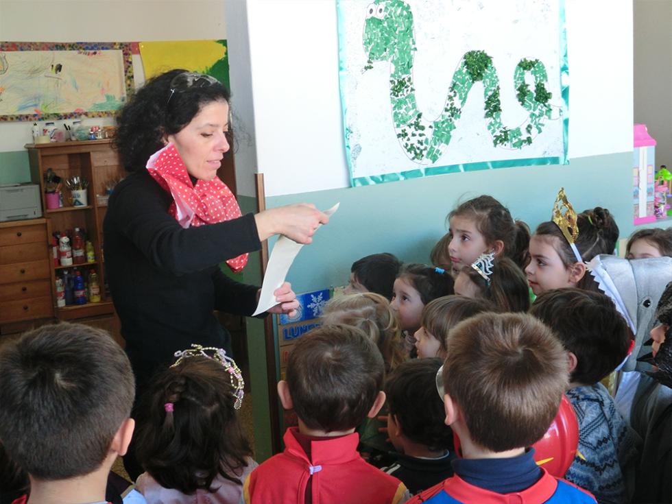 bambini ed educatrice durante festa di carnevale