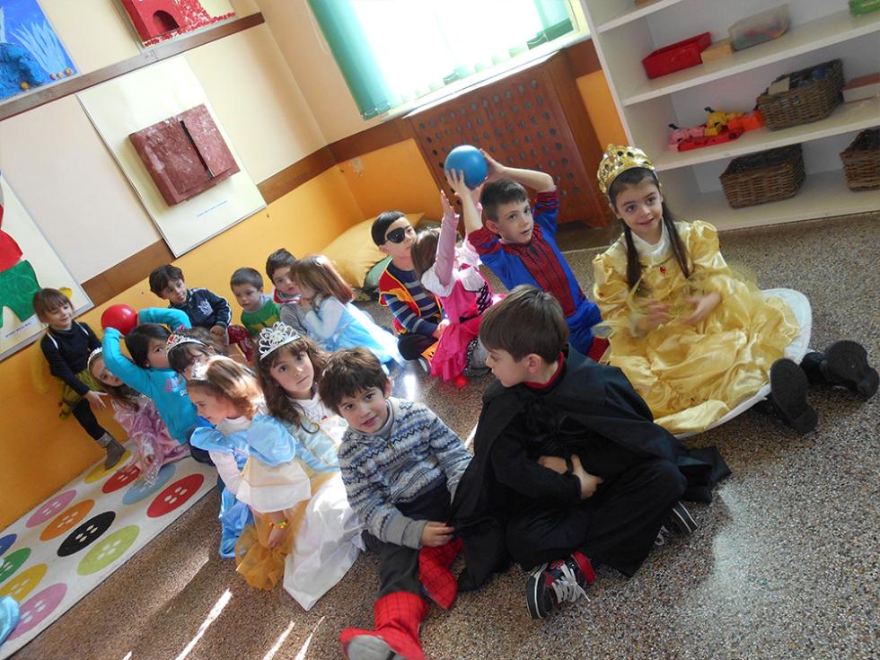 bambini durante festa di carnevale dell'asilo