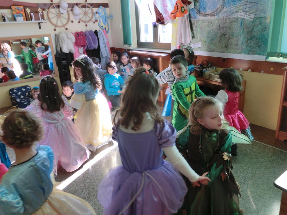 bambini ballano alla festa di carnevale della scuola