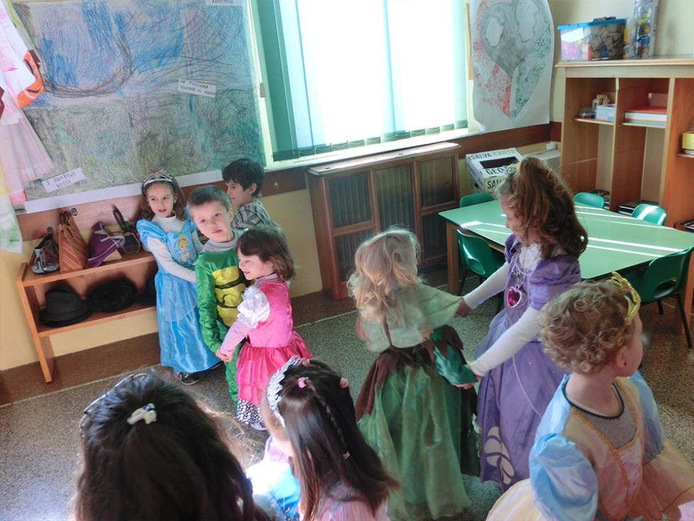 bambini ballano durante lo spettacolo di carnevale