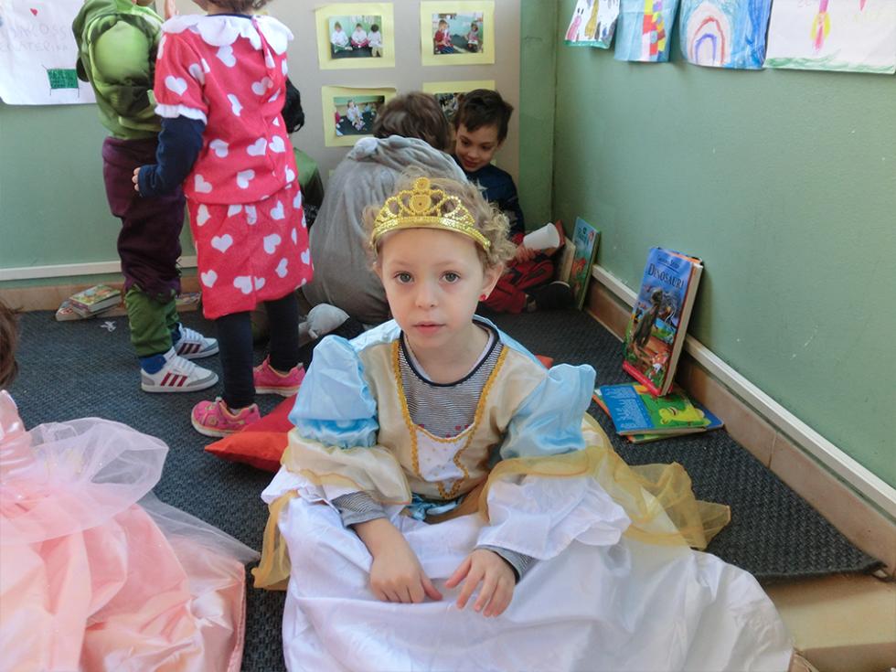 bambina vestita da principessa