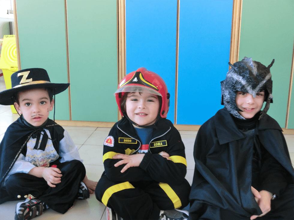bambini vestiti da vigile del fuoco, zorro e supereroe