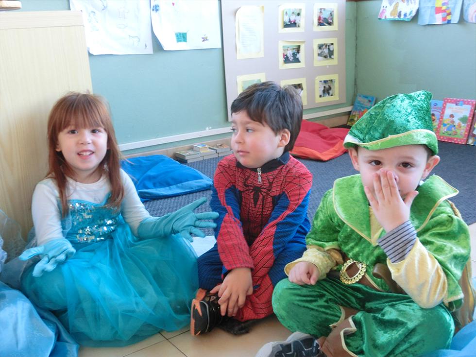 bambini vestiti da spider man, peter pan e principessa