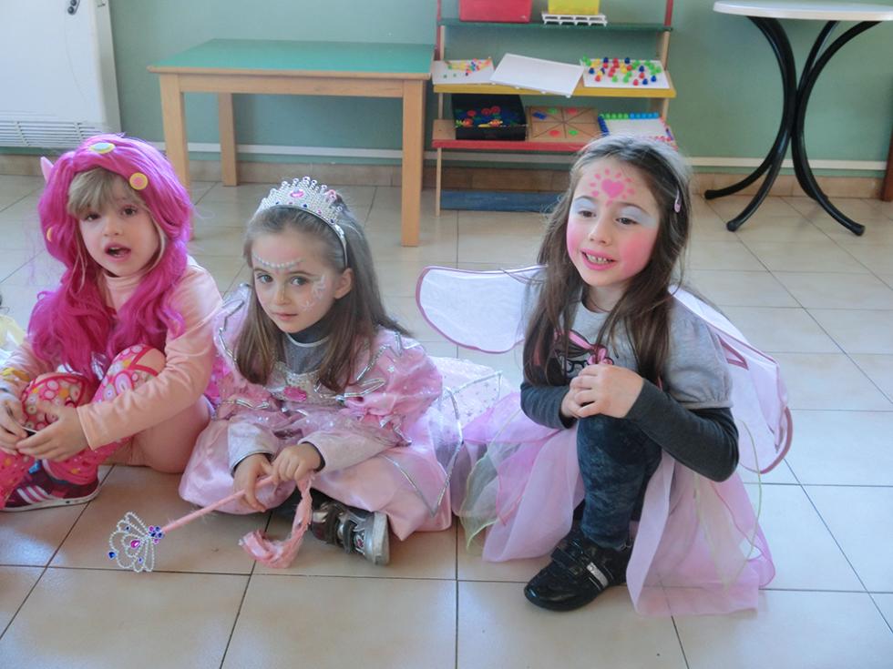 bambine travestite da fate durante festa di carnevale