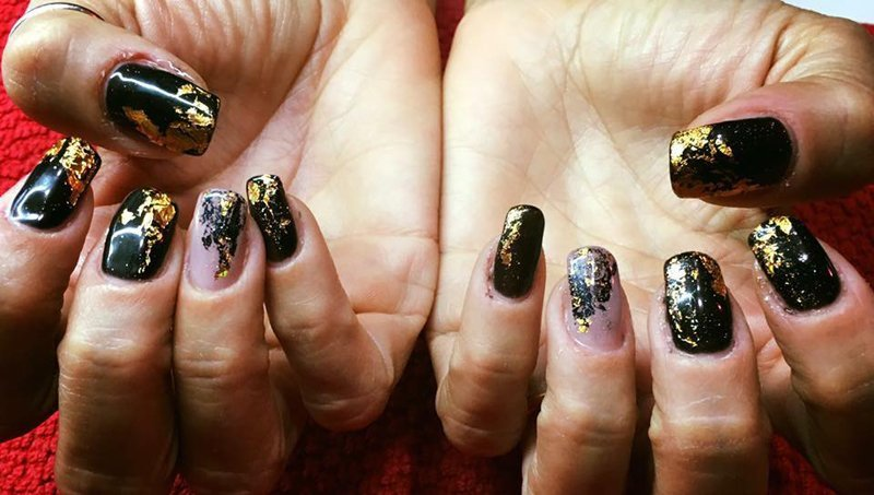 smalto unghie oro e nero
