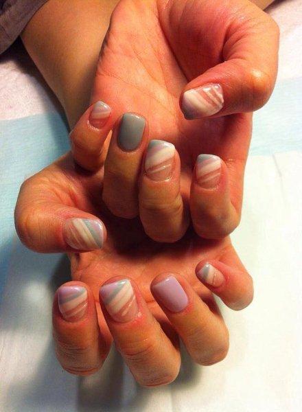 smalto unghie mano di vari colori