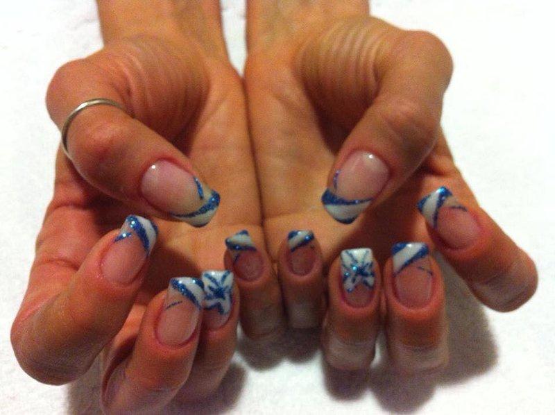 smalto semipermanente con decorazioni bianche e blu