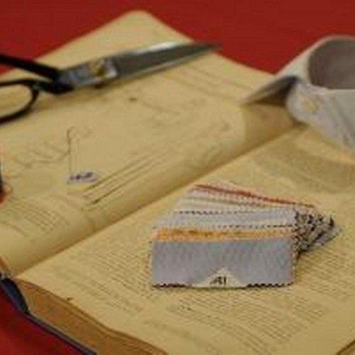 un libro aperto,dei pezzi di stoffa e una forbice