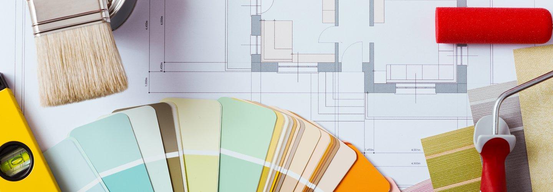 Dei pantoni su un progetto architettonico con un rullo rosso
