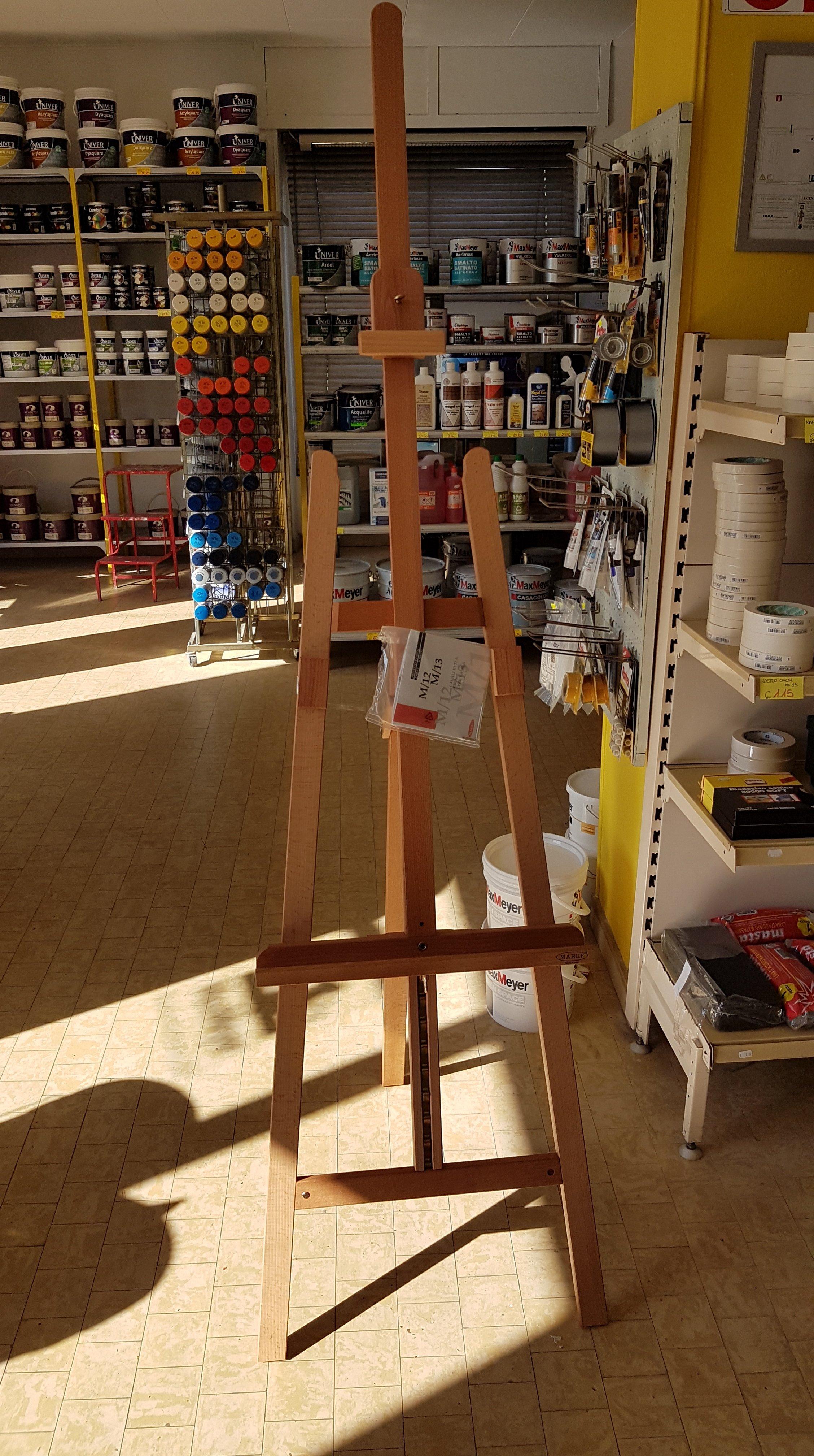 Un cavalletto in legno per pittura artistica