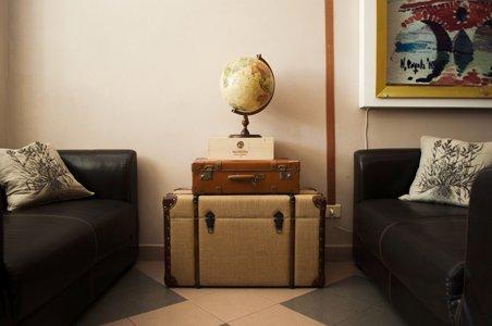 due divani neri con arredo di casa
