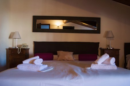 vista frontale di camere da letto con arredamenti
