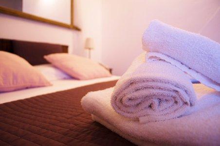 vista di letto con asciugamano