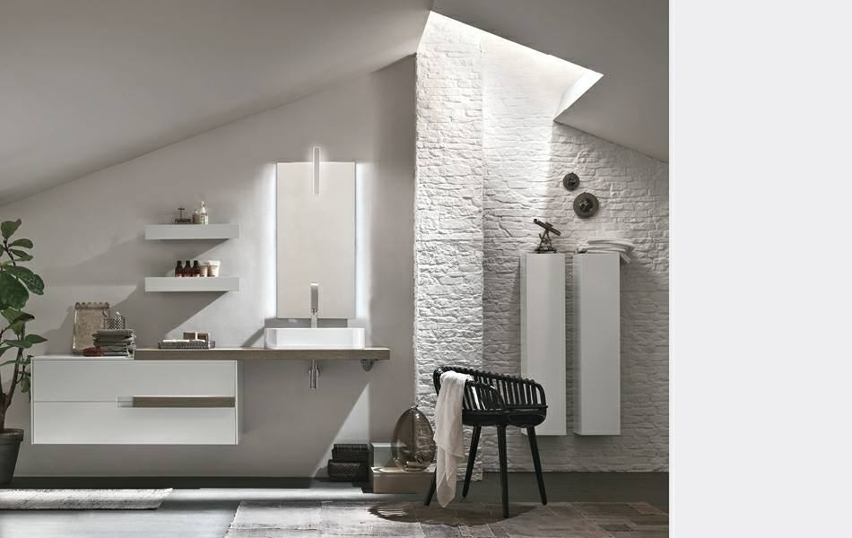 Camera de bagno bianca, parete di mattoni bianco