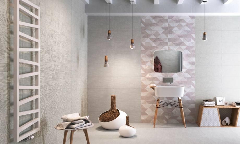 Sala di bagno con una colonna di tessere di toni rosa