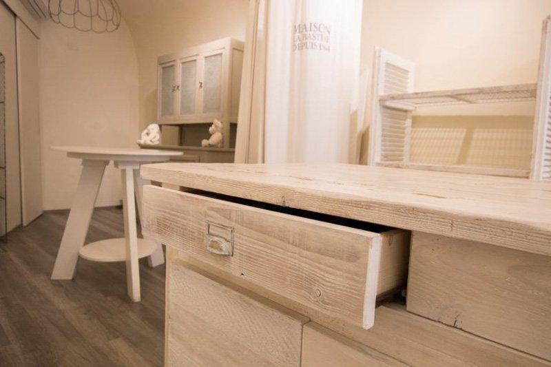 cassetto leggermente aperto in legno