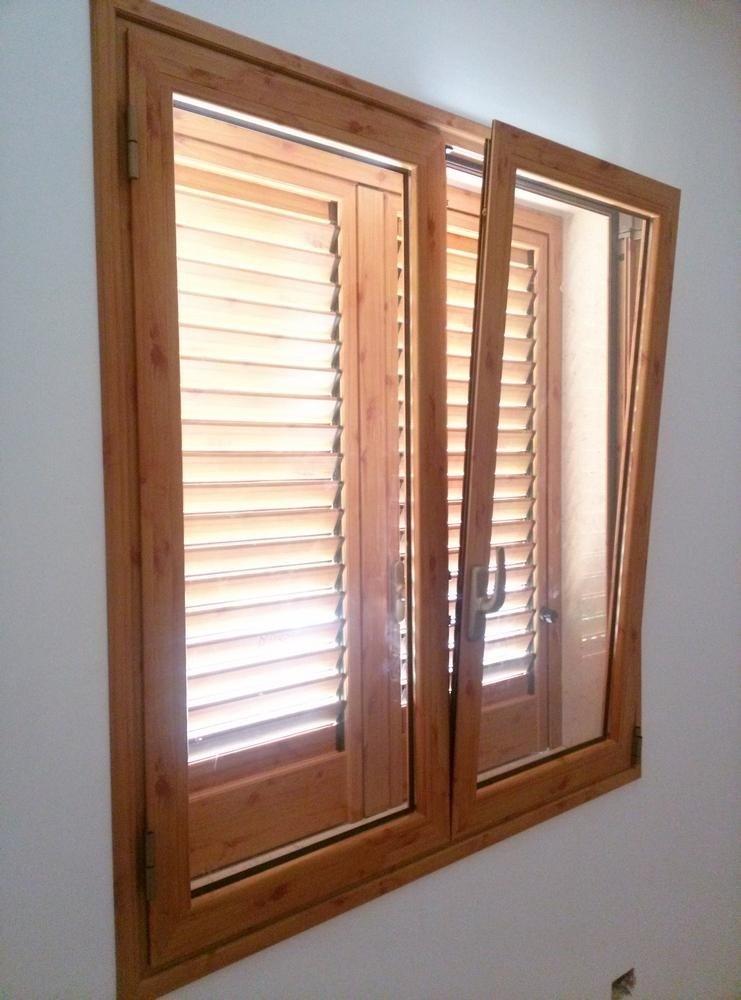 finestra in alluminio color pino