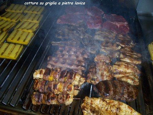 cottura carne su griglia a pietra lavica
