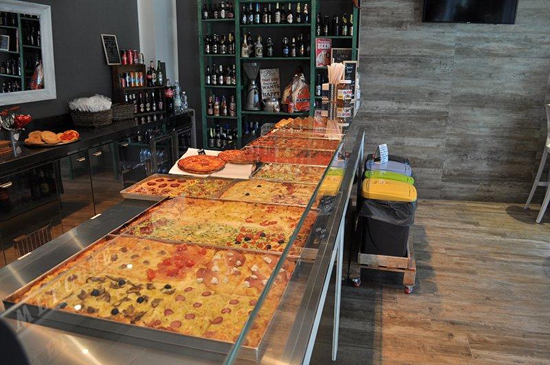 una serie di pizze e focacce in esposizione